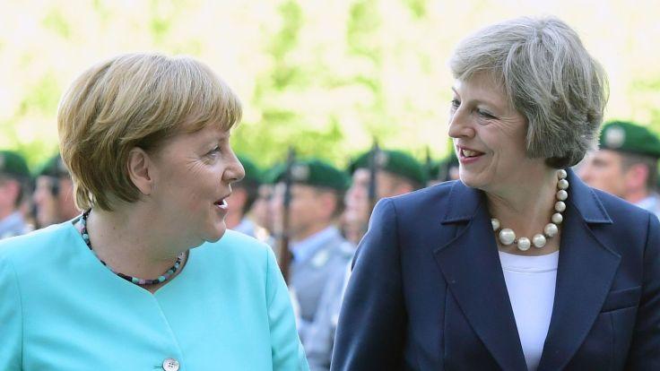 chanceliere-allemande-angela-merkel-g-et-la-premiere-ministre-britannique-theresa-may-lors-d-une-rencontre-a-berlin-le-20-juillet-2016_5649597